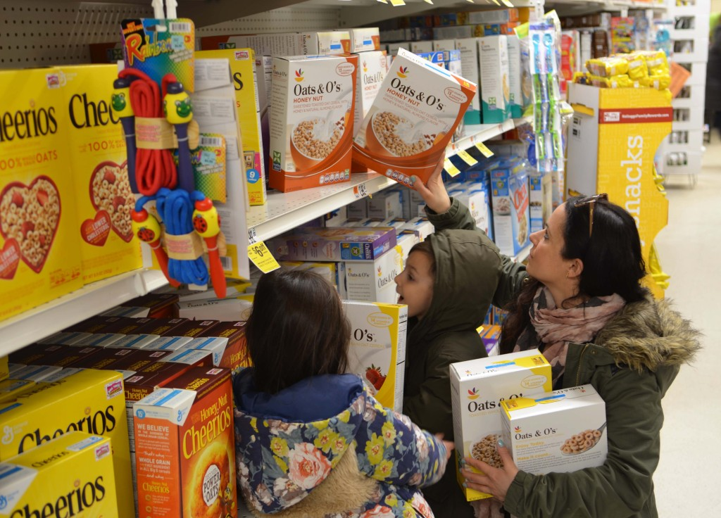 donating food with kids