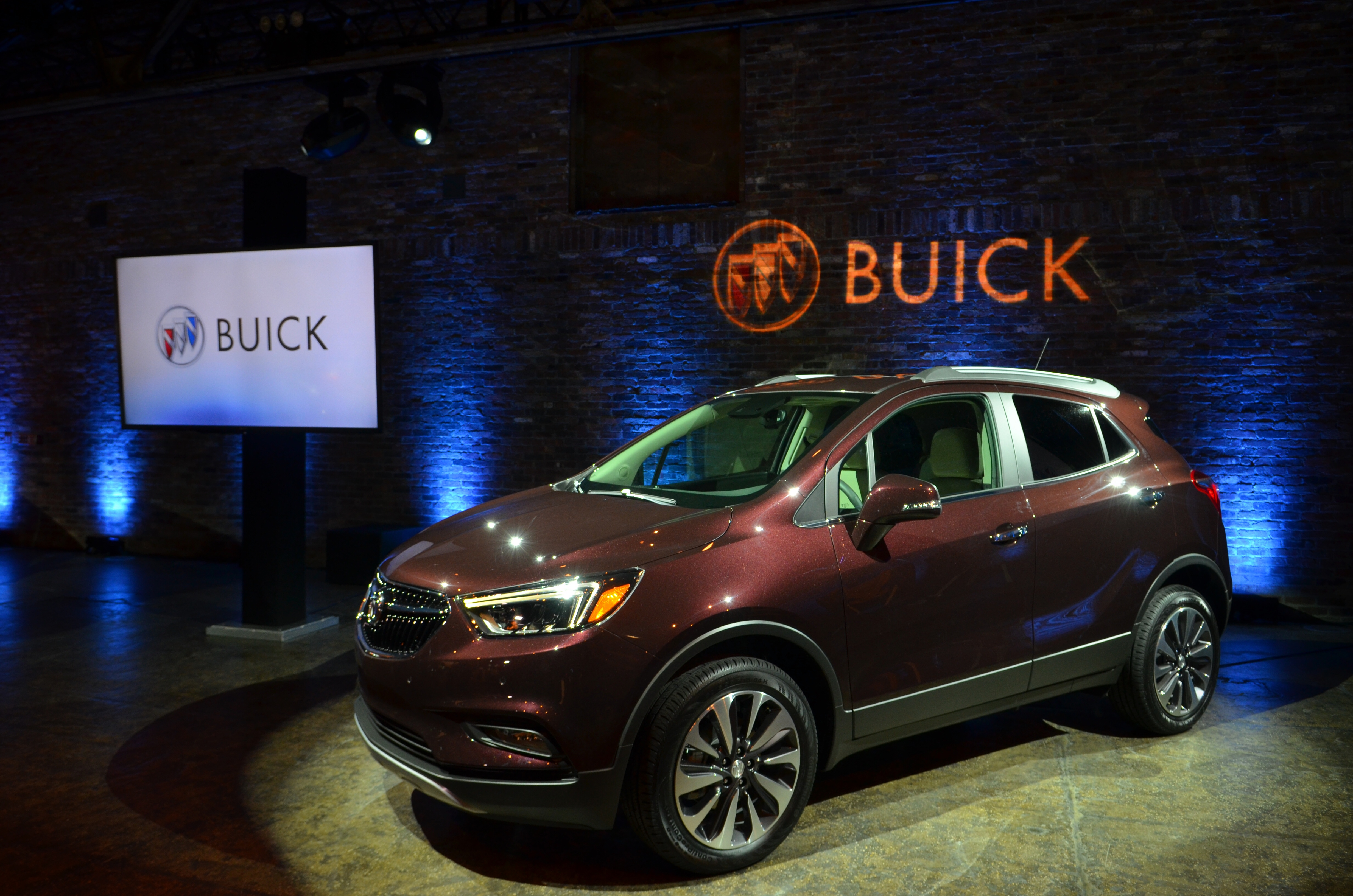 reviews envision mid price specs size suv and awd buick car driver photos