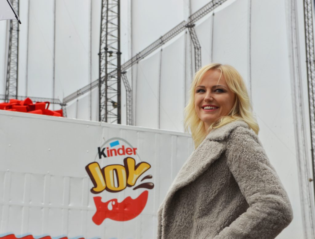 Malin-Akerman-Kinder-Egg